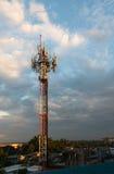 Tour de téléphone portable sur le ciel de soirée Image libre de droits