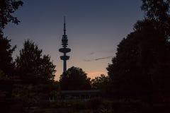 Tour de télévision pendant le coucher du soleil à Hambourg, Allemagne Photo libre de droits