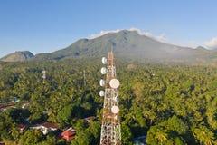 Tour de t?l?communication, antenne de communication sur l'?le de Camiguin, Philippines Tour avec des r?p?titeurs photo libre de droits