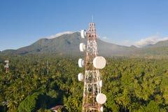 Tour de t?l?communication, antenne de communication sur l'?le de Camiguin, Philippines Tour avec des r?p?titeurs photo stock