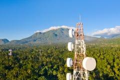Tour de t?l?communication, antenne de communication sur l'?le de Camiguin, Philippines Tour avec des r?p?titeurs images libres de droits