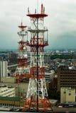 Tour de Telecomunication sur le dessus de toit de bâtiment photos stock