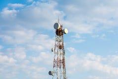 Tour de Telecomunications contre le ciel nuageux photo stock