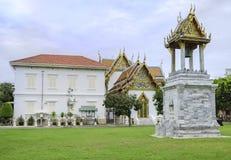 Tour de temple et de cloche chez Wat Benjamaborpit Image libre de droits