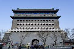 Tour de tir à l'arc de la porte de Qianmen Zhengyangmen du zénith Sun dans le mur historique de ville de Pékin Photographie stock