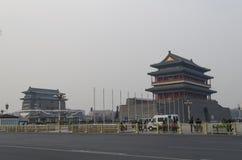 Tour de tir à l'arc et porte de Qianmen Zhengyangmen du zénith Sun dans le mur historique de ville de Pékin Photos libres de droits