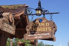 Tour de train de mine de sept nains au monde de Disney Photos stock