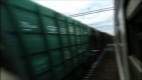 Tour de train de fret de chemin de fer sur l'extérieur ferroviaire banque de vidéos