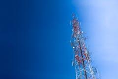 Tour de transmission contre le ciel bleu Photographie stock