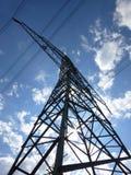 Tour de transmission sous le ciel bleu Photographie stock libre de droits