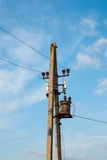 Tour de transmission sur un fond de ciel Ligne électrique Transport d'énergie Transport d'énergie Images stock