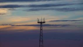 Tour de TV et ciel de coucher du soleil : silhouette de tour et de nuages, temps-faute banque de vidéos