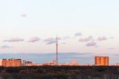 Tour de TV et coucher du soleil urbain de maisons au printemps Image libre de droits
