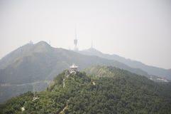 Tour de TV et un petit summerhouse sur la montagne photo libre de droits
