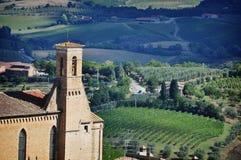 Tour de ville à l'arrière-plan du paysage toscan Photos stock