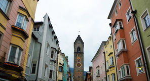 Tour de Vipiteno et maisons colorées médiévales, Italie Image stock