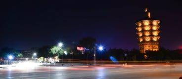Tour de Wenfeng la nuit Photographie stock libre de droits