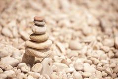Tour de zen des pebbes empilés sur des échasses, vue gauche Image stock