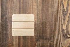 Tour des blocs en bois placés sur une table Images stock