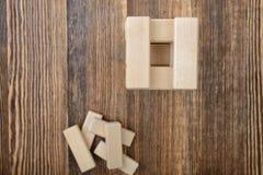 Tour des blocs en bois placés sur une table Images libres de droits