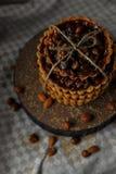 Tour des gâteaux délicieux avec des écrous de plat Images libres de droits
