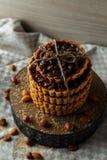 Tour des gâteaux délicieux avec des écrous de plat Image libre de droits