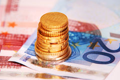Tour des pièces de monnaie sur des billets de banque Image libre de droits