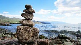 Tour des pierres par la mer image stock