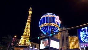 Tour Eiffel à la vue aérienne de casino de Paris de l'hôtel de Ballys la nuit banque de vidéos