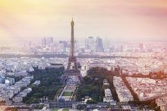 Tour Eiffel à Paris au coucher du soleil Photographie stock libre de droits
