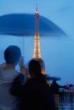 Tour Eiffel à Paris avec des couples au crépuscule Photographie stock libre de droits