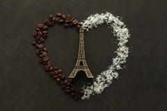 Tour Eiffel à un coeur fait à partir des grains de café et des pommes chips de noix de coco Image libre de droits