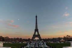 Tour Eiffel au coucher du soleil à Paris Images libres de droits