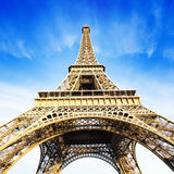 Tour Eiffel au-dessus de ciel bleu Image stock