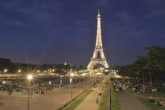 Tour Eiffel avec l'exposition légère a commencé, Paris, France Photographie stock libre de droits
