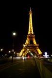 Tour Eiffel avec le ciel de Paris foncé Photographie stock libre de droits