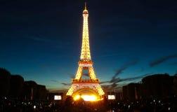 Tour Eiffel célèbre pendant les célébrations des vacances nationales françaises - jour de bastille Photographie stock