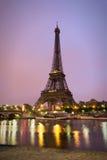 Tour Eiffel dans le lever de soleil chez la Seine, Paris Photographie stock