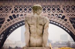Tour Eiffel de Paris avec la statue Images stock
