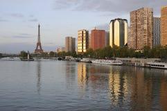 Tour Eiffel de pont de Mirabeau, Paris Photographie stock