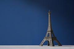 Tour Eiffel de souvenir sur un fond bleu Image libre de droits