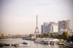 Tour Eiffel derrière la rivière de Paris avec des bateaux Images libres de droits