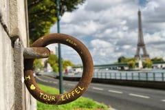 Tour Eiffel derrière le vieil anneau rouillé avec des mots d'Eiffel de visite d'amour d'I Photographie stock libre de droits
