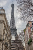 Tour Eiffel, dominant au-dessus des maisons environnantes Photos libres de droits