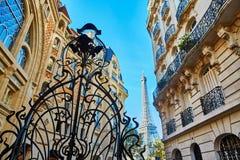 Tour Eiffel et belle grille en métal image libre de droits