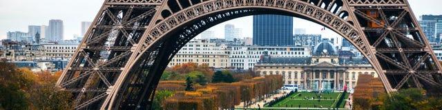 Tour Eiffel et Champ de Mars avec des personnes à Paris, France Photo stock
