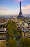 Tour Eiffel et horizon de Paris au coucher du soleil Photographie stock libre de droits