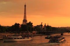 Tour Eiffel et la Seine image stock