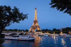 Tour Eiffel et la Seine par nuit Photographie stock