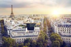 Tour Eiffel et Paris de coucher du soleil Photographie stock libre de droits